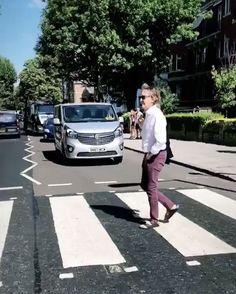Paul McCartney Recreates Iconic Beatles Album Art by Crossing Abbey Road Again 49 Years Later Les Beatles, Beatles Art, John Lennon Beatles, Beatles Photos, Abbey Road, Paul Mccartney, Great Bands, Cool Bands, Beatles Albums