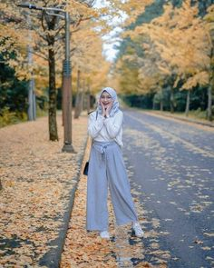 Image may contain: 1 person, tree and outdoor casual hijab outfit, ootd hijab Modern Hijab Fashion, Street Hijab Fashion, Hijab Fashion Inspiration, Muslim Fashion, Modest Fashion, Fashion Outfits, Simple Hijab, Casual Hijab Outfit, Ootd Hijab