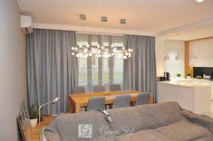 Zasłony i rolety rzymskie elektryczne w salonie, żaluzje drewniane w kuchni, dekoracja okien, tkaniny zasłonowe, dekoracje okienne warszawa