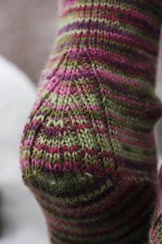 Knitting Stitches, Knitting Designs, Knitting Socks, Knitting Projects, Hand Knitting, Crochet Socks, Knitted Slippers, Wool Socks, Knit Or Crochet