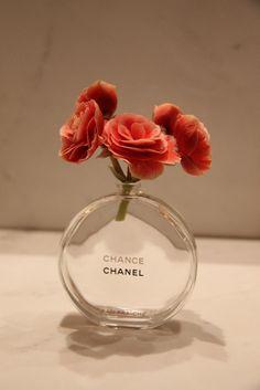 Arranjo com vidros de perfume