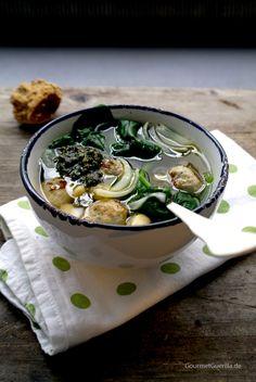 Suppe mit Bratwurstklößchen Spinat und Bohnen von #gourmetguerilla Zutaten: Frische Bratwurst, Zwiebeln, weiße Bohnen, Hühnerbrühe, frischer Spinat, Zitronensaft, Pesto, Olivenöl, Salz & Peffer #gutelaunevitamix