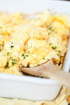 Easy recipe for perfectly cooked scrambled eggs that you bake in the oven. Perfect for feeding a large crowd.