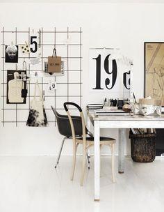Foto's / tijdschriften etc. ophangen aan een ijzeren rek.