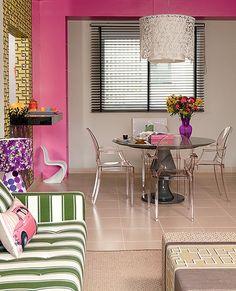 Os fins de semana na praia são alegres e coloridos com a decoração do apartamento em Ubatuba, graças à cor pink, preferida da arquiteta Andr...