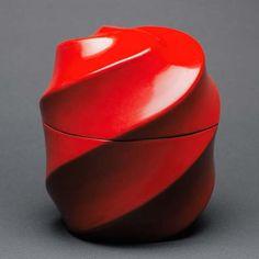 [F]黒田辰秋さんの作品。独特な造形と印象的な赤に力強さを感じる。