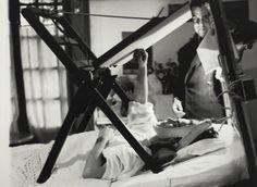 Frida dipinge a letto, in una foto del 1940 di cui non si conosce l'autore (©Frida Kahlo Museum)