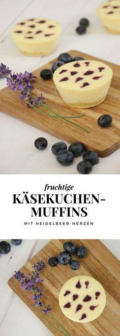 Dieses Käsekuchenmuffins Rezept ist durch die Heidelbeeren Herzen besonders. Die Käsekuchen Muffins lassen sich gut am Vortag backen und sind auch am zweiten Tag noch frisch. Sie eignen sich daher gut für Geburtstagpartys o.ä..