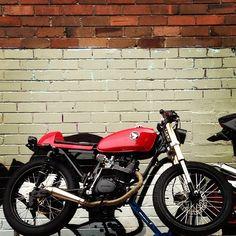 Honda CB 125 || Throttle roll Honda Cycles, Honda 125, Brat Cafe, Bull Horns, Motosport, Scrambler Motorcycle, Cafe Racers, Custom Motorcycles, Scooters