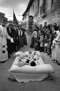 Intrinseco y expectorante: La otra España en las fotografías de Cristina García Rodero. El Colacho  Castrillo de Murcia  BURGOS  1975