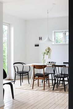 my scandinavian home: Mix and match dining room in the beautifully pared-back Norwegian hillside home of Ask og Eng Dining Room Lighting, Dining Room Sets, Dining Room Design, Norwegian House, Scandinavian Interior, Creative Home, Luxury Living, Interior Design Inspiration, White Walls