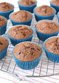 Een perfect basisrecept voor lekkere chocolade cupcakes, daar kun je ook weer prima meet variëren door vullingen en toppings te gebruiken. Cupcake Toppings, Cupcake Recipes, Easy Desserts, Delicious Desserts, Yummy Food, Cupcake Illustration, Cupcake Images, Cookie Time, High Tea