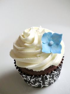 Cupcakes for wedding... something simple but cute...