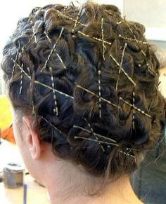 Bye-bye boring straight hair—let's create some curls, kinks, and waves! This article covers four hair-curling methods you use without visiting a salon. Curled Hairstyles, Vintage Hairstyles, Straight Hairstyles, Wedding Hairstyles, Updo Hairstyle, Formal Hairstyles, Curl Hair Without Heat, Pin Curl Hair, Belleza Diy