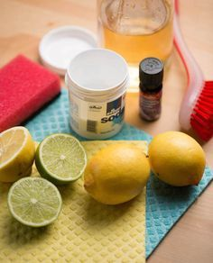 Po nastěhování do nového bytu jsme potřebovali vzít úklid domácnosti pořádně z gruntu. Co ale dělat, když nechcete používat chemické přípravky plné agresivních látek a výrazných vůní? Stejně jako naše prababičky si vypůjčíme pomocníky z kuchyně! Z několika dostupný Homemade Cosmetics, Cleaners Homemade, Natural Cosmetics, Clean House, Sweet Home, Lime, Cleaning, Soap, Fruit