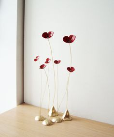 Five poppy metal sculptures red poppies brass by ArktosArt - Red poppy sculptures, five poppies brass sculptures on thin brass stems, delicate poppy sculptures, red gold poppies art object, set of five Wire Crafts, Clay Crafts, Diy And Crafts, Ceramic Flowers, Clay Flowers, Bouquet Flowers, Red Flowers, Sculptures Céramiques, Sculpture Art