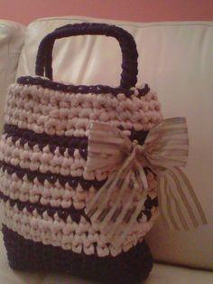 borsa realizzata con rafia e fettuccia, manici quadrati ricoperti e fiocco in seta