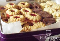 Kinyomós linzer kekszek Hungarian Desserts, Hungarian Recipes, Sweets Recipes, Cookie Recipes, Homemade Sweets, Croatian Recipes, Sweet Cookies, Small Cake, Dessert Drinks