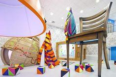 O hospital infantil que parece um parque de diversões com brinquedos gigantes