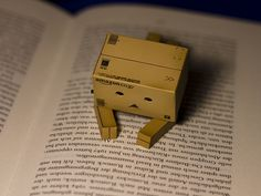 Danbo reading a book. I love Danbo! Danbo, Miss Piggy, Cardboard Robot, Box Robot, Amazon Box, Robots Characters, Cute Box, Origami Heart, Cute Friends