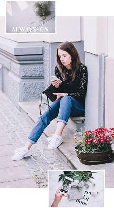 Lässiges Outfit mit Jeans, Spitzenbluse und weißen Sneakers. Dazu Celine Triobag. Frühlingsoutfit. Schwarz-weiß-blaues Outfit.