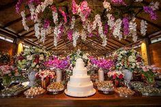 Detalhes da mesa de doces rústica chique em tons de rosa com arranjos suspensos feitos pela Mariana Bassi. Foto:Graziella Widman