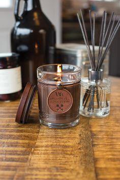 Bougie RESERVE WOODWICK - parfum masculin. Pajoma - ICD Collections. Grossiste pour les professionnels de décoration et senteurs.