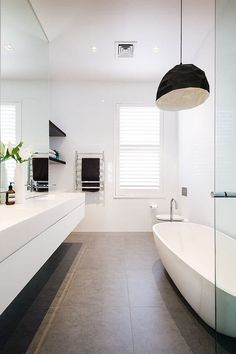 simple white modern bathroom #fachadasminimalistasblancas