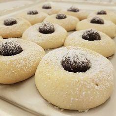 Ikramlık kurabiyelerim protein topları ile nefis bir tarif.  Ağızda dağılan enfes kurabiyeler varya birtane yetmez iki üç dört tane en az yemek lazım. Bu güzel tarif bence kurabiyenin kraliçesi sevgili @nane_limon a ait teşekkür ediyorum, dolgusunu kafamdan yaptım kurabiyeyle bütünleşti. Tarif: 250 gr yumuşak tereyağı 1 brdk pudra şekeri 1 brdk nişasta Yarım brdk sıvı yağ aldığı kadar un yumuşak hamur olacak. Dolgusu: 1 brdk hurma 1 avuç ceviz 2 kşk hindistan cevizi 1 kşk cacao Malzemeleri…