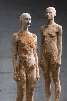 La genial mezcla de texturas de las esculturas deAron Demetz.