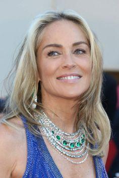 Venue monter les marches du film Behind the Candelabra, l'actrice Sharon Stone portait sur le tapis rouge un collier et une paire de boucles d'oreilles en diamant et émeraude issus de la nouvelle collection de haute joaillerie De Grisogono, célébrant les 20 ans de la maison suisse.