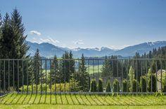 Atemberaubender Ausblick von der #Terrasse des Landhauses Alpine Hideaway in Reith bei #Kitzbühel. Villa, Mountains, Nature, Travel, Patio, Penthouse Apartment, Real Estate Agents, Farm Cottage, Farmhouse