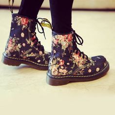 Martens Black Pink size 10 Lace Up Boots at a discounted price at Poshmark. floral doc boots, perfect for fall! Dr. Martens, Botas Dr Martens, Boots For Short Women, Short Boots, Boots Women, Floral Combat Boots, Ankle Boots, Flat Boots, Cute Shoes