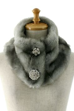 Faux fur neck warmer with brooches. This grey should go well with navy, balck, and white coats. Or, even with beige ones. Easy to sew one for yourself. Sewing Hacks, Sewing Crafts, Sewing Projects, Faux Fur Collar, Fur Collars, Fur Accessories, Fur Fashion, Sporty Fashion, Fashion Women