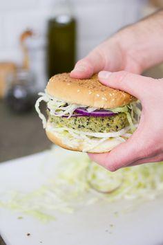 Burger in versione vegana con una verdura invernale. Il burger di broccoli è l'alternativa genuina e gustosa chiusa in un panino.