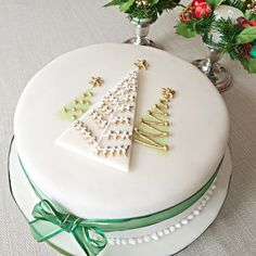 17 Christmas Cakes and Cupcakes to Make Your Holiday Sweet 'Tis the season for beautiful cakes! Check out these inspiring Christmas cake designs you can make faster than one of Santa's elves. On Craftsy! Christmas Themed Cake, Christmas Cake Designs, Christmas Cake Decorations, Christmas Cupcakes, Holiday Cakes, Christmas Desserts, Christmas Treats, Xmas Cakes, Christmas Design