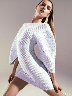 Платье из вискозы, Chanel; металлическая серьга с пером, Nic Jottkandt.