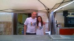 Al amanecer del día 2 de Mayo, los primeros camareros en llegar con las camisetas del Restaurante D,GUSTA.