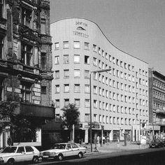 """""""Bonjour Tristesse"""", Eckhaus, Falckensteinstr., Kreuzberg, 1983 Schön war die Zeit, als die Welt noch in Ordnung war - West-Berlin in pictures …the 'bonjour tristesse'..."""