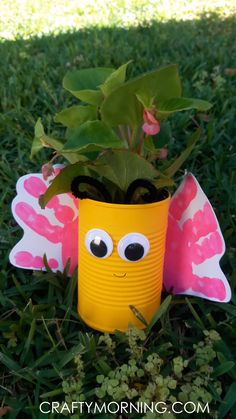 Make an adorable handprint butterfly planter for Mother's Day or just for a summer craft! You could make all colors of the rainbow with a classroom! Butterfly art project spring Source by Mothers Day Crafts For Kids, Fathers Day Crafts, Gifts For Mothers Day, Grandparents Day Crafts, Garden Crafts For Kids, Creative Crafts, Fun Crafts, Paper Crafts, Tin Can Crafts