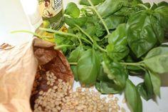 Herkullinen pesto syntyy tuoreesta basilikasta. Jauha raaka-aineet tahnaksi sauvasekoittimella tai monitoimikoneessa: 4 dl basilikanlehtiä (1-2 ruukkua), 2-4 isoa valkosipulinkynttä, 1 dl pinjan- tai auringonkukansiemeniä, 0,5 tl suolaa, noin 1 dl parmesanjuustoa raastettuna, 1-1,5 dl oliivi- tai rypsiöljyä. Pesto, Spinach, Vegetables, Food, Veggies, Vegetable Recipes, Meals, Yemek, Eten