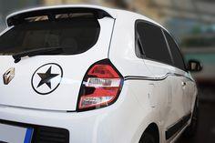 Decorazione Twingo http://www.santorografica.com/car-wrapping.php strisce adesive sulle fiancate, portellone posteriore e spoiler in tinta, adesivo sul retro, specchietti cromati