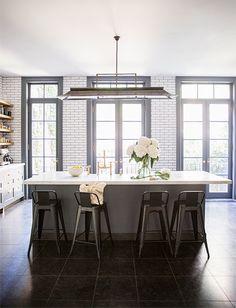 Sommige optrekjes die we tegen komen, vinden we zo gaaf dat we er bijna jaloers van worden. Ook dit appartement in New York van Ali Cayne, eigenaar van Haven's Kitchen, is een prachtig plaatje en helemaal naar onze smaak ingericht. Er is 7 maanden de tijd genomen om de woning te renoveren en dat is […]