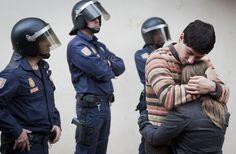 Abrazo tras el desahucio. Foto de Germán Caballero cedida por el artista.
