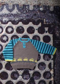 <p>Dyt dyt så kører de små biler lige hen over maven på denne søde og fine lille trøje til drengene.