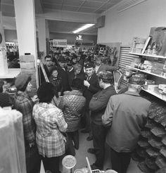 Centrumin halpuusmarkkinat 1974, Uusikaupunki. Kuva: Varjuksen kokoelma, Uudenkaupungin museo.