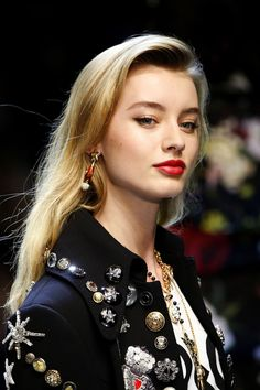 See the Autumn/Winter 2017 beauty trends from the runways of New York, London, Milan and Paris Fashion Weeks. Cosmopolitan Beauty brings you the newest catwalk hair and makeup trends. Cute Girls Hairstyles, Black Women Hairstyles, Hairstyles 2018, Spring Hairstyles, Makeup Trends, Beauty Trends, Catwalk Hair, Natural Hair Styles, Short Hair Styles