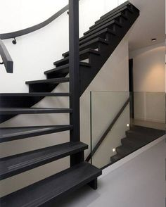Great Altering the looks of the concrete-looking staircase: from a staircase previous to a co. Black Staircase, Staircase Design, Interior Stairs, Home Interior Design, Open Trap, Stair Renovation, House Stairs, House Goals, Home Living Room