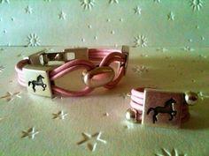 Pulsera y anillo con motivos ecuestres en zamak y cuero rosa