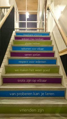 Laat de schoolregels echt leven door ze op de trap treden te schilderen.